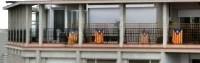 Katalánské vlajky visí z okna
