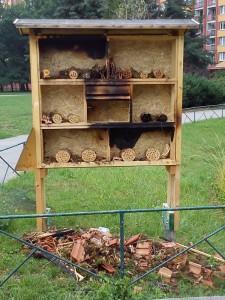 Hmyzí hotel byl obsazen nebezpečným hmyzem ze Středočeského kraje - bylo občanskou povinností jej zlikvidovat...