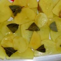 4 - na brambory se přidá vrstva bobkového listu