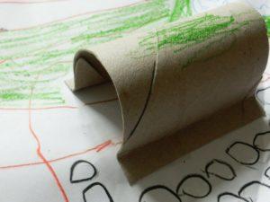 Tunel přilepený k papíru