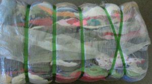 Balík lisovaného oblečení