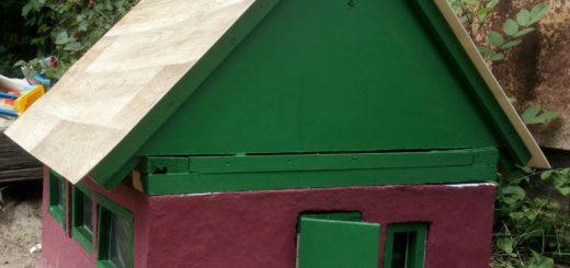 Domeček pro panenky na zahradě
