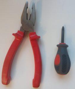 Základní nástroje k opravě brzdy u kočárku.