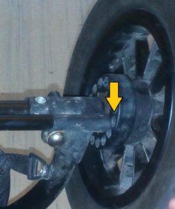 V místě šipky se brzda zasunuje do kola