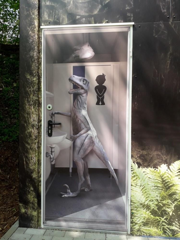 Tematicky zdobené dveře od WC