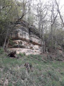 Cesta vede údolím mezi skalami