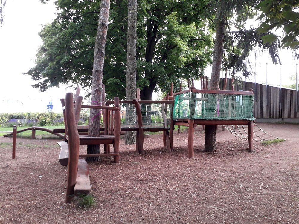 Na hřišti se nachází dřevěné herní prvky